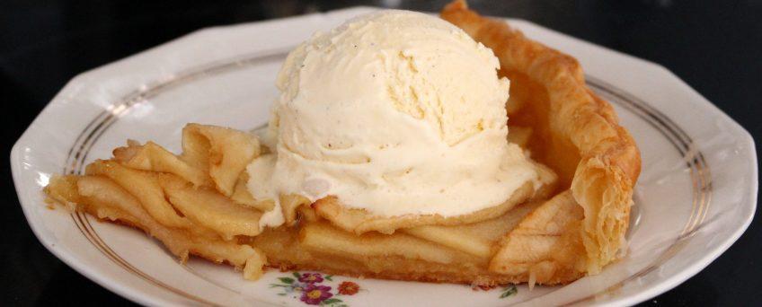 Open appelvlaai met vanille-ijs
